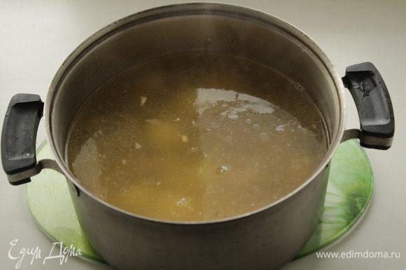 Сварить курицу, если варите с картошкой, спустить картошку в бульон.