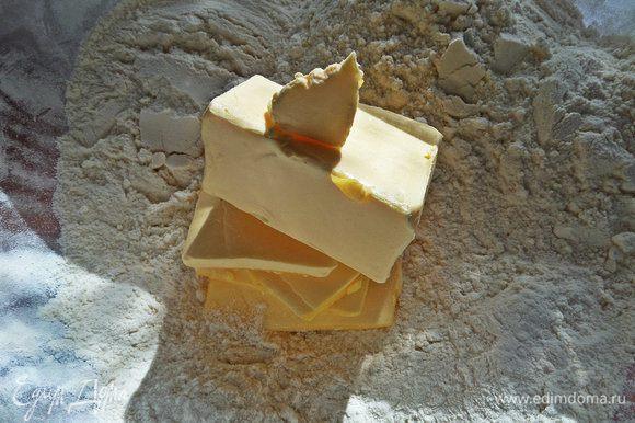 Просеиваем половину муки и добавим в муку маргарин или масло.