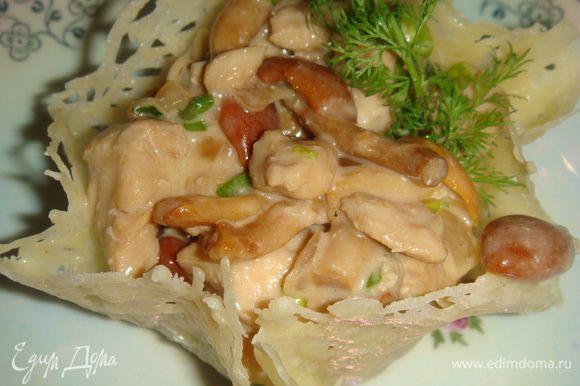 Далее продолжаем готовить салат. Разогреваем сковороду, наливаем растительное масло. Сливаем соевый соус с куриного филе и лука, аккуратно выкладываем в сковороду, жарим до готовности. Даем остыть. Смешиваем куриное филе с опятами. Заправляем майонезом, солим, перчим по вкусу. Снимаем корзинки со стаканов и наполняем салатом. Украшаем веточкой зелени. Приятного аппетита!
