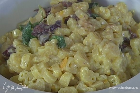 Отваренные макароны перемешать с заправкой, добавить оливки, артишоки и измельченные руками листья базилика, все перемешать и выложить на блюдо.