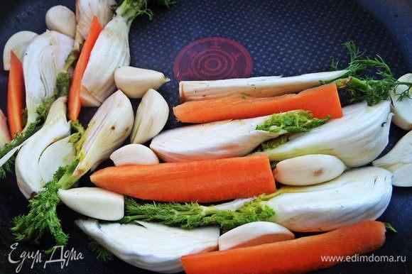 Разложить в форму вместе с оставшейся морковкой и разрезанными дольками чеснока. Сбрызнуть оливковым маслом, поперчить, посолить.
