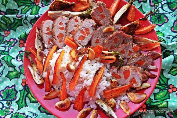 Подаём разрезанное мясо с рисом и остальными овощами вместе на одном большом блюде! Приятного аппетита, друзья!