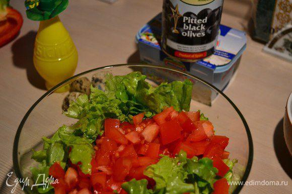 В миске смешиваем салат, помидор, перец.