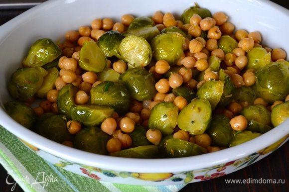 Духовку разогреть до 200°C. В жаропрочную форму выложить салат.