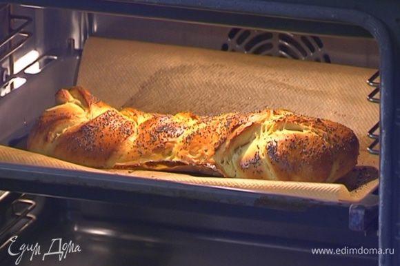 Установить в духовке режим «гидро», понизить температуру до 200°С и выпекать 10 минут, затем перевести духовку в обычный режим и печь хлеб еще 10 минут при температуре 180°С.