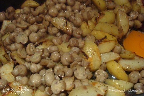 Когда картошка подрумянится, добавить грибы, хорошо перемешать. Посыпать травами, если нужно еще посолить.