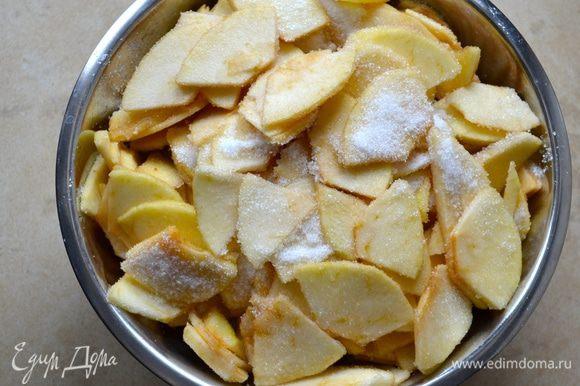 Яблоки подготовить заранее, за 1-2 часа до того, как Вы соберитесь печь пирог. Итак, яблоки лучше взять сорта ренет (или зеленые, типа Симиренко). Вымыть, очистить яблоки и нарезать на тонкие дольки толщиной примерно 2 мм. Выложить яблоки в миску и пересыпать сахаром. Осторожно перемешать, чтобы яблоки не поломались!