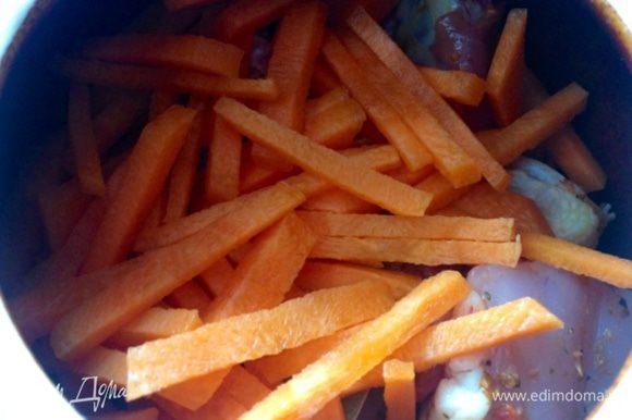 Сверху цыпленка кладу морковь, порезанную соломкой (не трите морковь на терку, даже крупную, иначе в процессе тушения она превратится в кашу).