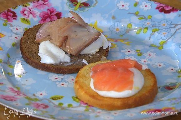 На каждый тост выложить по яйцу пашот, на бородинский хлеб поместить кусочек скумбрии, на бриошь — семгу.