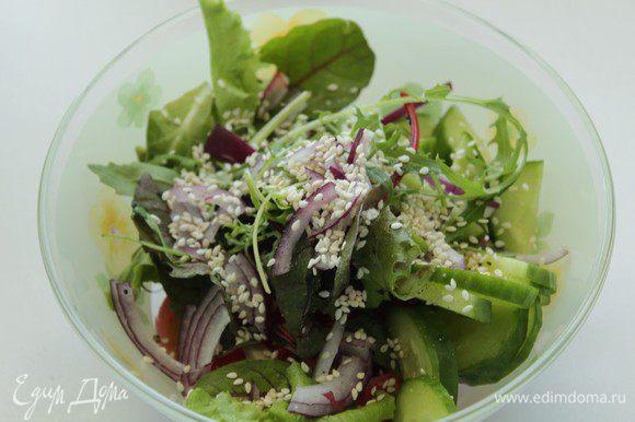 Добавить в салат вяленые помидоры, посыпать кунжутом, перемешать.