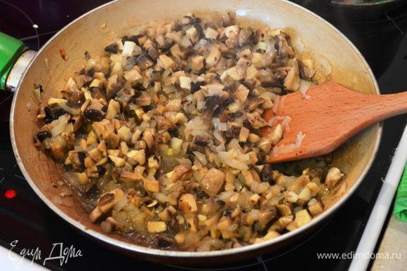 На столовой ложке раст. масла прожариваем до прозрачности лук, затем добавляем грибы и жарим 10 мин