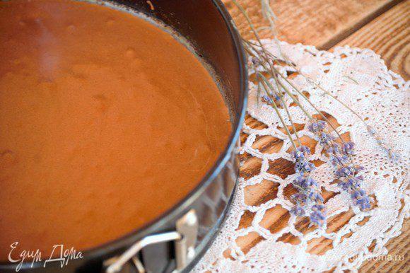 Для бисквитной крошки: размягченное сливочное масло (25 г) взбивать с лавандовой сахарной пудрой и щепоткой соли 3 минуты. Добавить яйцо, тихонечко взбить до однородности. Ввести в основную массу просеянную муку и разрыхлитель – опять размешать до однородности. В завершении добавить заранее растопленный и слегка остывший шоколад (два вида). Форму для выпечки выстелить бумагой и равномерно распределить тесто. Выпекать около 10 минут при температуре 180С. За это время бисквит еще не успеет приготовиться окончательно. На этом этапе я переложила недопеченный бисквит в другую форму, так мне было удобнее. Берем деревянную лопатку и перемешиваем содержимое формы. Убираем в духовку на 3 минуты. Затем опять достаем и опять перемешиваем. И так до тех пор, пока в результате не получится мелкая, очень плотная, хрустящая бисквитная крошка.