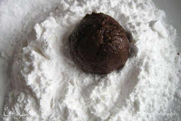 Поместить шоколадное тесто в холодильник минимум на 3 часа. Тесто несколько уплотнится. Разогреть духовку до 180˚C. В плоскую тарелку насыпать сахарную пудру. Ложкой взять кусочек теста, скатать из него небольшой шарик (диаметром 2,5 см). Обвалять со всех сторон сахарной пудрой.