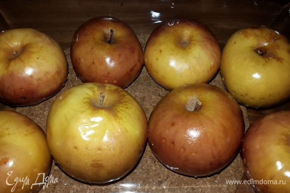 Яблочки готовы! Даем остыть и наслаждаемся! Их можно держать в холодильнике 2-3 дня. Очень полезно съедать такое яблочко натощак. Будьте здоровы!