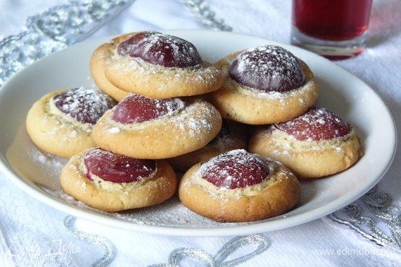 Выпекаем печенье в заранее разогретой до 180 градусов духовке 25-35 минут. Когда печенье немного остынет, посыпаем его сахарной пудрой. Подаем с ромашковым чаем или ягодным компотом.