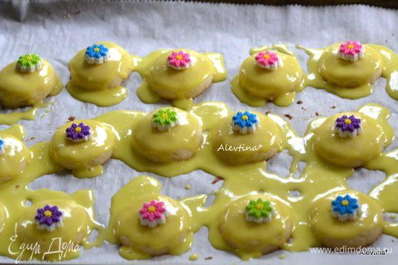 Украсить печенье украшениями для выпечки или шоколадной каплей в центре или драже. Дать застыть.