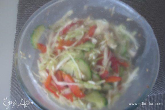 Овощи переложить в салатник, залить соусом, накрыть пленкой и убрать в холодильник на 1 час.