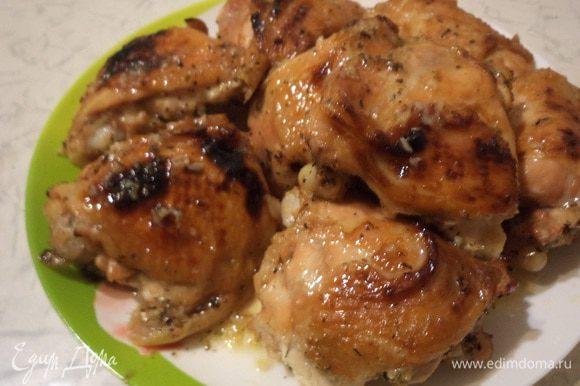 Снять с формы крышку, перевернуть кусочки курицы и запекать ещё 15-20 минут.