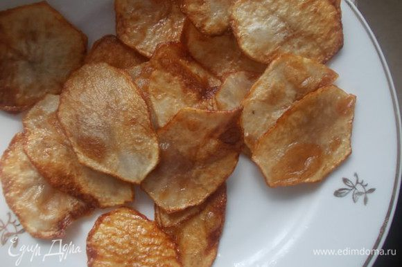 Раскалить масло и пожарить картофель во фритюре. Просушить салфеткой от лишнего масла. Можно использовать покупные чипсы, но домашние более полезные.