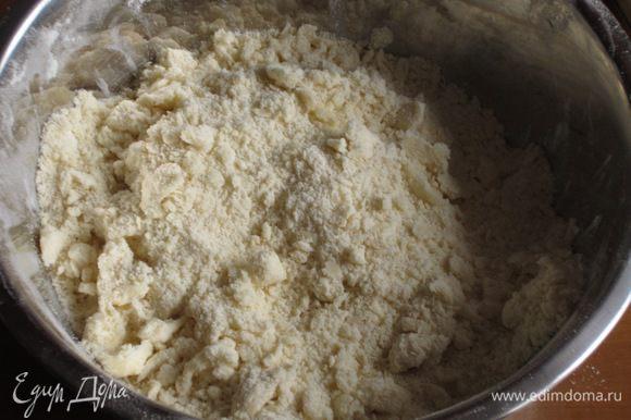 Песочное тесто: муку растереть с холодным маслом в крошку.