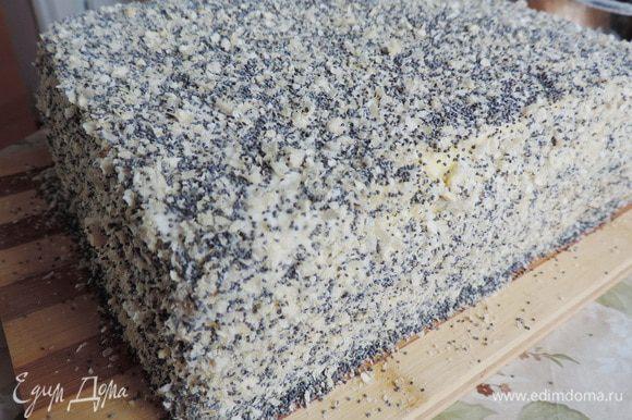 Торт посыпать смесью из вафельной крошки (1 круглый корж диаметром 23 см) и сухого мака.