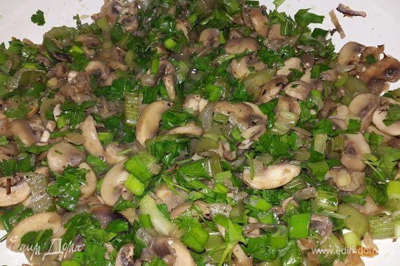 В грибы добавляем мелко-нарезанную зелень, перемешиваем, тушим ещё 2 минуты и выключаем.