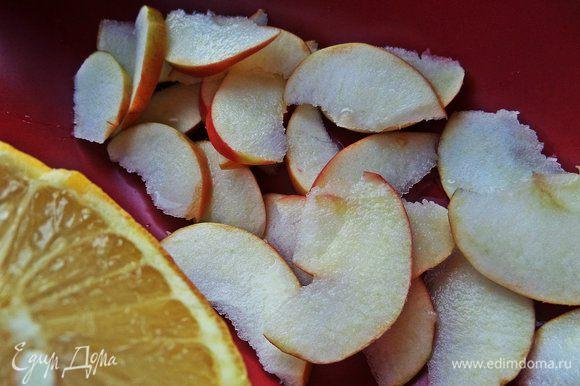 Яблоко прямо с кожурой нарезать дольками самыми тонкими и сбрызнуть лимонным соком.