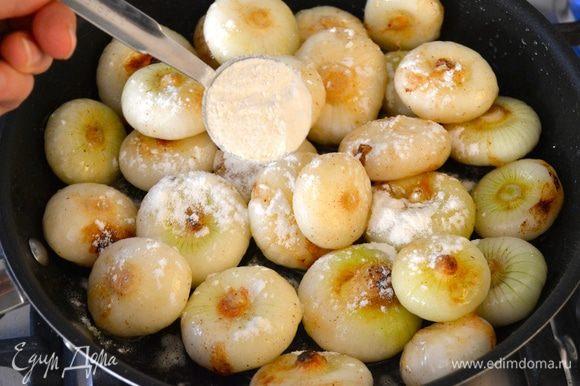 Затем добавить в сковороду муку и сахар, влить уксус и как следует все перемешать. Обжаривать пока лук не приобретет золотистый оттенок.