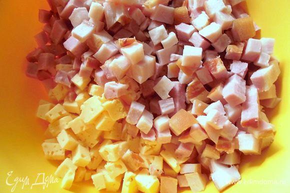 Духовку разогреть до 200 градусов. Сыр и грудинку нарезать крупными кубиками.
