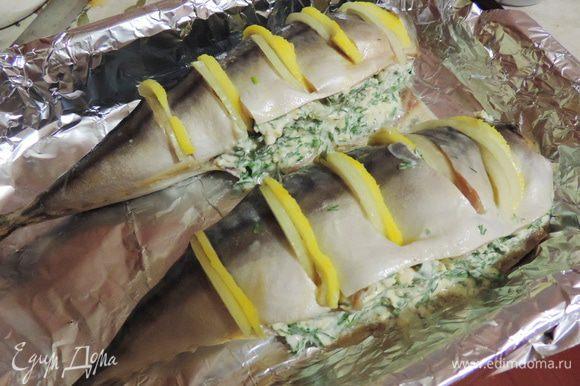 В брюшко рыбы закладываем приготовленную начинку. По желанию сверху рыбку можно смазать сметаной и посыпать приправой. Я этого не сделала - вылетело из головы, так как я очень торопилась.