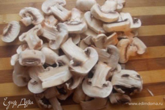 Пока почистим грибы и порежем пластинками. Поставим сковороду на огонь, нальем немного масла, нагреем.