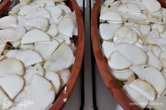 Далее накрываем оставшимся картофелем, заливаем сливками, солим, перчим.