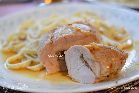 Подаем свинину с готовым гарниром, поливаем с процеженным апельсиновым соусом с блюда для запекания. Приятного аппетита.