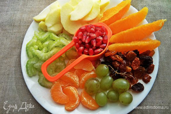 Подготовить фрукты. Яблоки очистить от кожицы, апельсиновые дольки от плёнок.