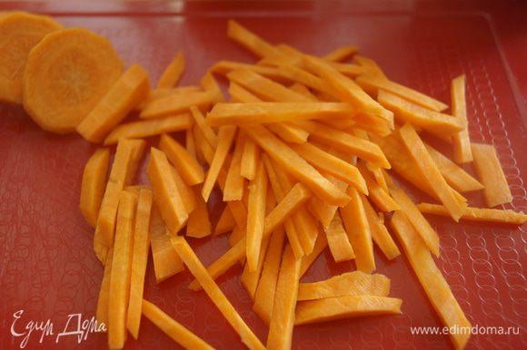 Морковку также нарезать тоненькой соломкой или натереть на терке для морковки по-корейски.