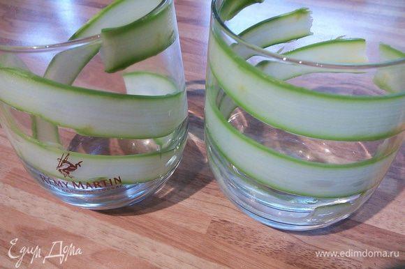 Формочки выложите по-спирали полосочками зелёной спаржи. Эта работа требует некоторой ловкости рук (ювелирности), потому как от того, как вы выложите спаржу, зависит внешний вид вашего блюда.