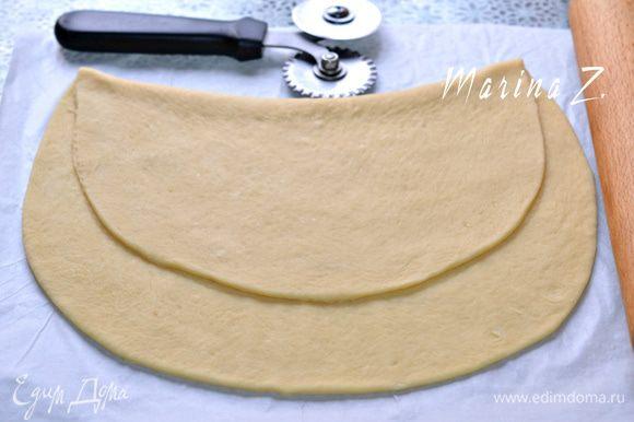 Определиться с формой пирога, слегка наметив границы, чтобы удобно было класть начинку.
