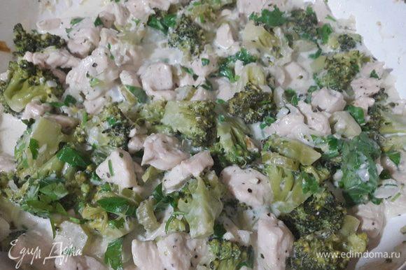 Добавляем петрушку с чесноком к курице, аккуратно перемешиваем, тушим под крышкой ещё примерно 5 минут.