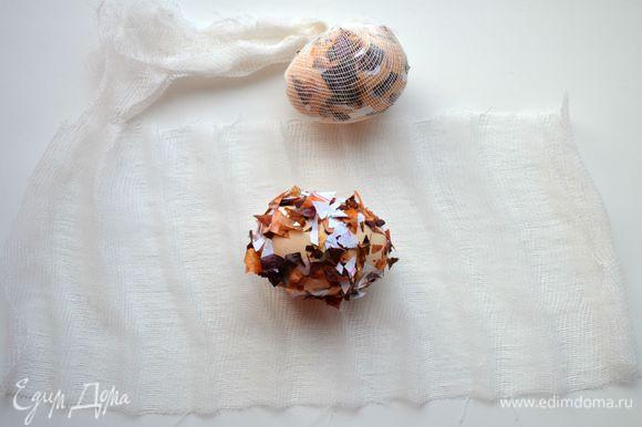Аккуратно завернуть яйцо в кусочек бинта и завязать ниткой.