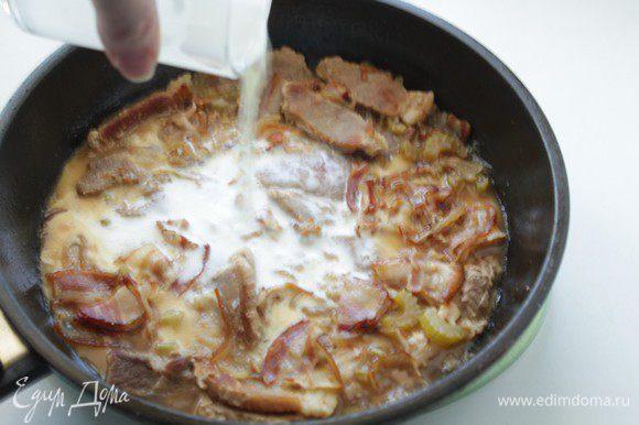 Затем вынуть из духовки, добавить сливки с крахмалом.
