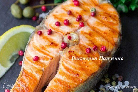 Подавать рыбу со свежими овощами, зеленью, оливками, каперсами и дольками лимона.