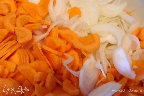 Морковь и лук порезать тонко полукольцами.
