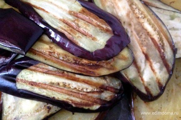Сполоснуть баклажаны в проточной воде. В чистую разогретую сковороду, налить оливковое мало и обжарить баклажаны в течение 2-х минут с каждой стороны. Как вариант можно использовать сковороду-гриль или электрогриль.