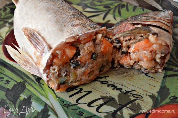 """Аккуратно с помощью ложки заполнить """"чулок"""" и голову судака начинкой, равномерно распределить по всей длине, слегка утрамбовывая. Но очень плотно набивать """"чулок"""" начинкой не нужно, т к во время запекания кожа рыбы может лопнуть."""