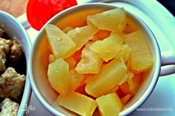 Слегка обжарить и добавить ананас кусочками.