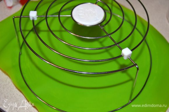 Подготавливаем конструкцию для заливки пирожных. На противень или большую плоскую тарелку, застеленную силиконовым ковриком, ставим решетку.