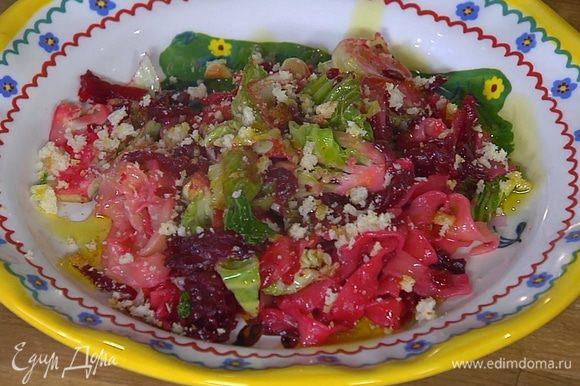 Готовую пасту с овощами посыпать домашними сухарями и сбрызнуть оставшимся оливковым маслом.