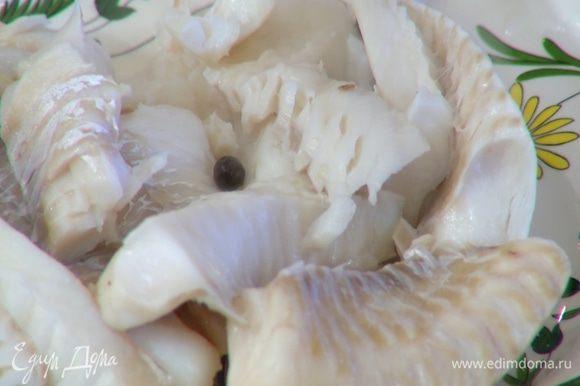 Готовую рыбу вынуть из бульона и разобрать на кусочки.