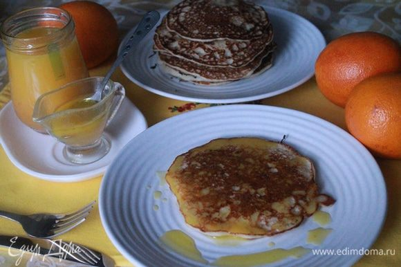 Эти оладушки можно подавать с вареньем, сгущенкой или сметаной. А можно приготовить соус из апельсинов.