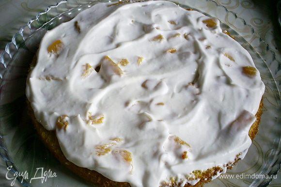Теперь наносим треть сметанного крема. Затем снова бисквит, оставшиеся персики, крем, бисквит и крем.